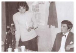 GIANCARLO MALIN E GIANNI BENETTI, fondatori della RIBES, durante un incontro. Alle loro spalle la locandina di Sior Todaro Brontolon.